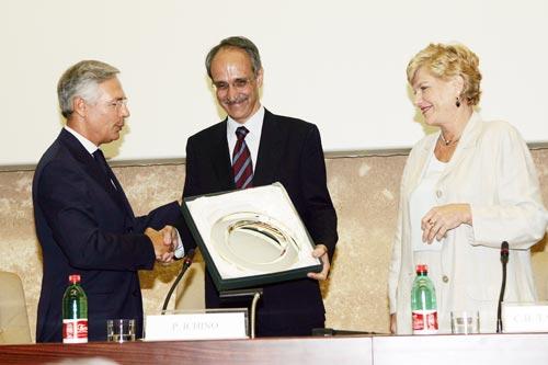 La consegna del Premio Tarantelli. Da destra: Carol Tarantelli, Pietro Ichino, Bruno Costi