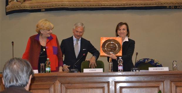 Elsa Fornero (a destra) riceve il premio da Carole Tarantelli e Bruno Costi