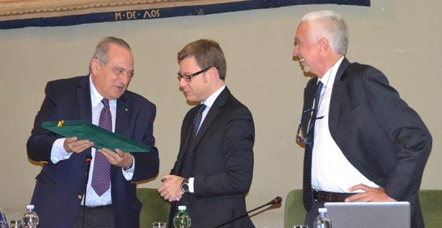 Luigi Abete consegna il Premio Magnani a Fabrizio Goria (al centro) a destra Giuliano Zoppis
