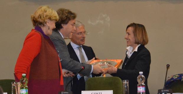 Luca Tarantelli consegna il Premio Ezio Tarantelli a Elsa Fornero